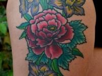 Татуировка цветы на бедре