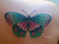 Татуировка бабочка на плече