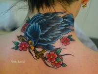 Татуировка птица на ветке на шее