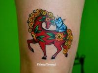 Татуировка лошадка с кошкой на бедре
