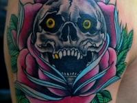 Татуировка роза с черепом на плече