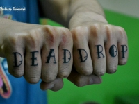 Татуировка надпись на пальцах