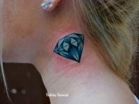 Татуировка бриллиант на шее