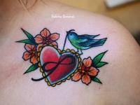 Татуировка птичка с сердцем на плече