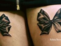 Татуировка бабочки на бедрах