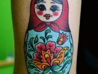 Татуировка матрешка на бедре