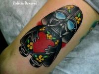 Татуировка персонаж с сердцем на бедре
