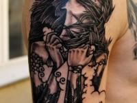 Татуировка девушка с надписью на плече