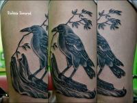 Татуировка черный ворон на бедре