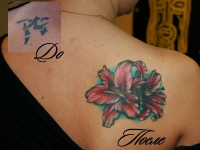 Татуировка лилии на лопатке