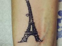 Татуировка Эйфелева башня на запястье