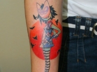 Татуировка девочка в маске на руке