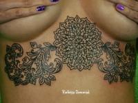Татуировка узор под грудью