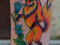 Татуировка лиса с колокольчиками на икре