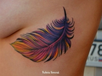 Татуировка перышко под грудью
