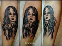 Татуировка девушка с пистолетом на предплечье