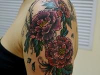 Татуировка пионы на плече