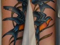 Татуировка ласточки на предплечье