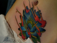 Татуировка цветок на животе