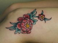 Татуировка пион на колене