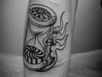 Татуировка песочные часы на предплечье