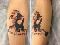 Татуировка котенок с цепью на голени