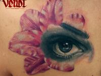 Татуировка глаза на цветке