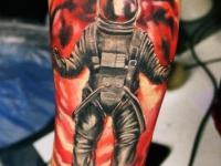 Татуировка космонавт в скафандре на руке