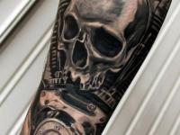 Татуировка черепа на внутренней стороне предплечья