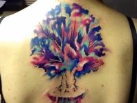 Красочная татуировка дерева с корнями на спине