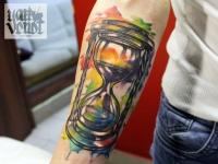 Татуировка песочных часов на руке