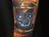 Цветная татуировка череп в фуражке на руке