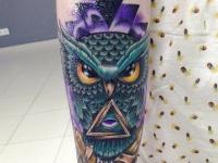 Цветная татуировка совы с масонской символикой на руке