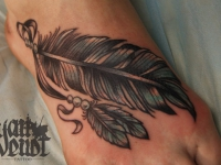 Татуировка пера связанного с двумя маленькими перышками на лодыжке