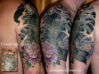 Татуировка рыба и цветок на плече