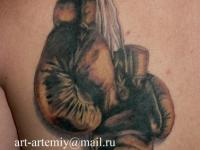 Татуировка боксерские перчатки на лопатке