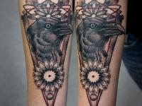 Татуировка голова ворона на предплечье