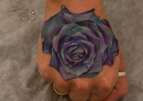 тату на кисти реализм цветы tattoo голубая розочка