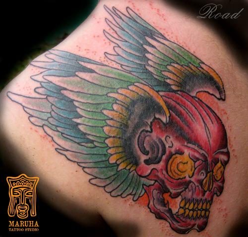 татуировка череп с крыльями олд скул неотрадишнл