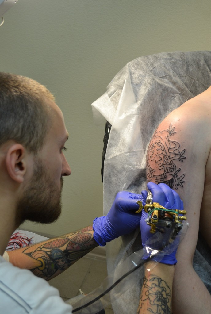 Процесс нанесения татуировки. Мастер Миша Mack Климов. Тату студия Маруха.