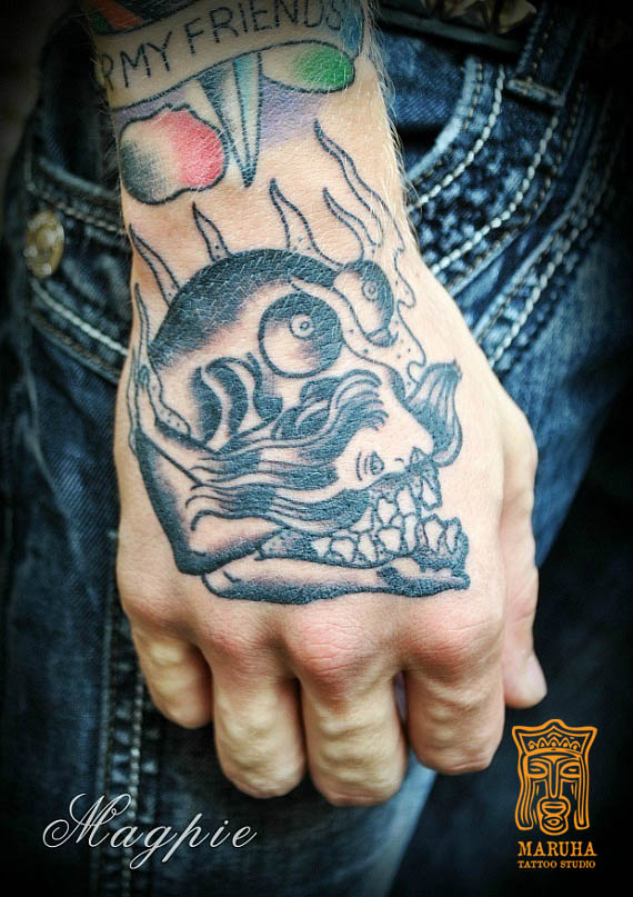 татуировка,наколка на кисте черно серая олд скул,тату студия Maruha,Маруха ,мастер Алексей Magpie,череп,девушка,узор,огонь.