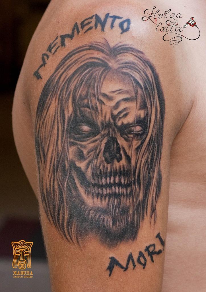 черно-белая тату на плече мужская татуировка монстр чудовище