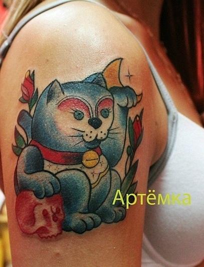 """Татуировка """"кошка Манеки Неко"""" выполнена на плече.  Мастер Артём. Время работы - меньше часа. Обладательница татуировки осталась очень довольна). Стилистика: олд скул, традишнл,традиционная татуировка, Traditional / Old school tattoo, цветная татуировка"""