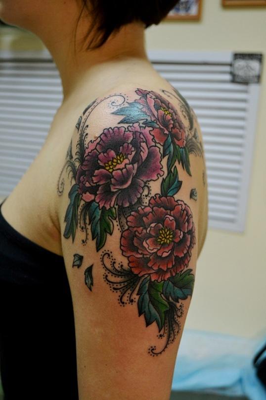 Татуировка выполнена на плече. Время работы 3,5 часа. Перекрытие небольшой татуировки. Cover up. Цветная татуировка. Мастер Виолетта Доморад.