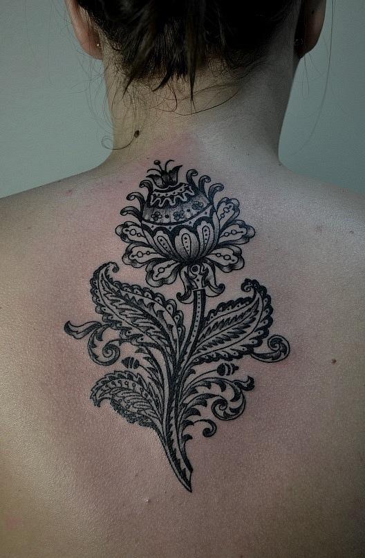 Татуировка выполнена на спине между лопаток.  Орнаменты. Чёрно-белая татуировка. Время работы - 2,5 часа, 1 сеанс. Мастер Виолетта Доморад