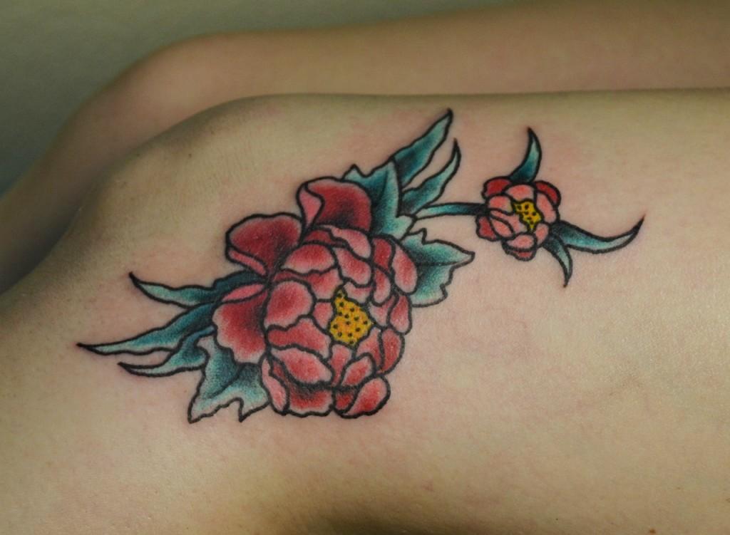 Татуировка выполнена над коленкой, перекрытие маленького шрама