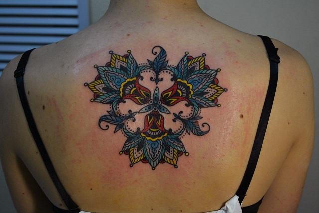 Татуировка выполнена на спине по индивидуальному эскизу, нарисованному специально для клиентки. Стилистика: орнаментал, индийские узоры. Цветная татуировка. Мастер Виолетта Доморад.