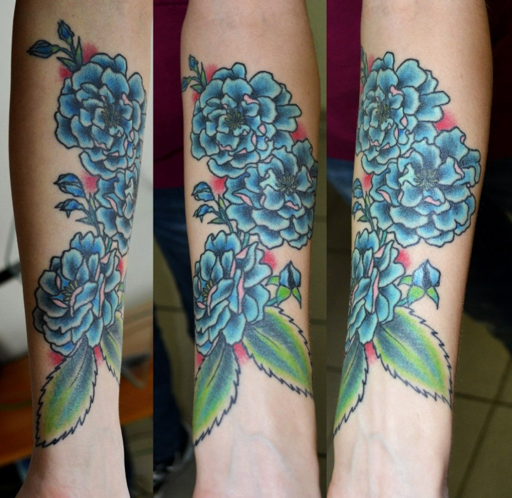 Татуировка выполнена на предплечье, перекрытие мелких шрамов. Мастер виолетта Доморад