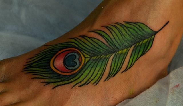 Татуировка выполнена на ноге Павлинье пёрышко стилизовано с фотографии. Мастер Виолетта Доморад