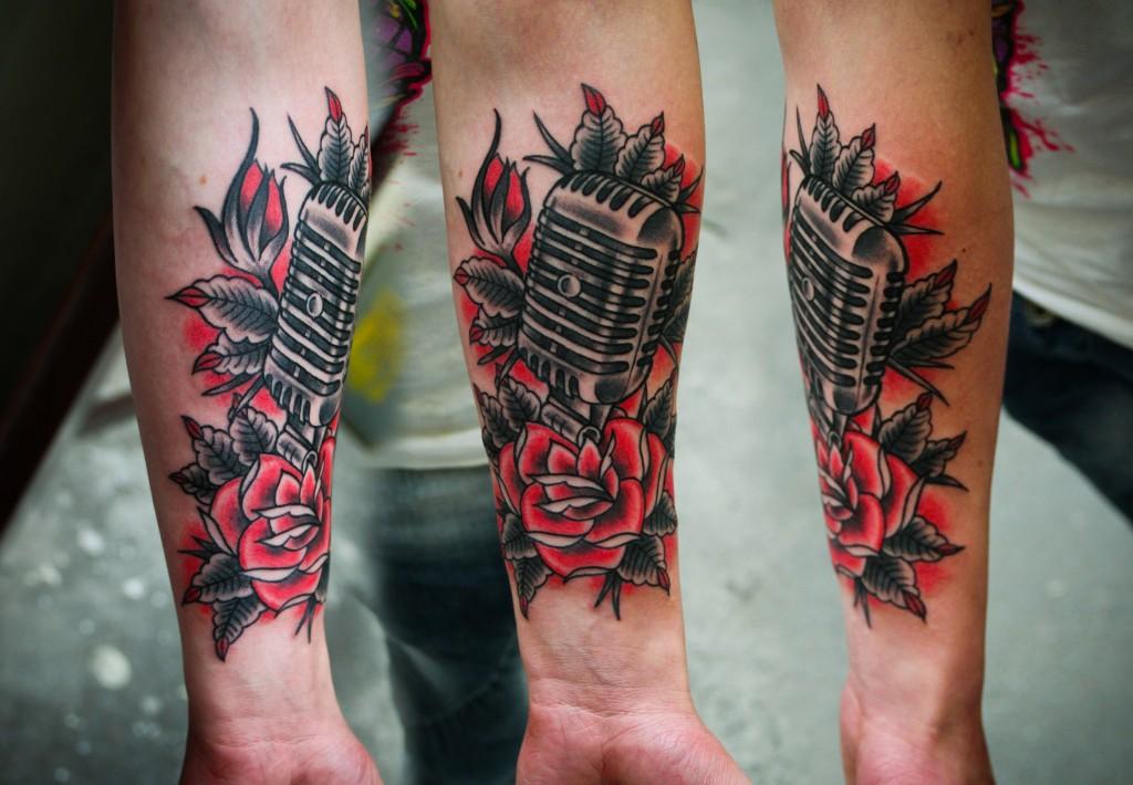 """Художественная татуировка """"Микрофон с розой"""". Выполненная мастером Денисом Марахиным. Часть тела: предплечье."""